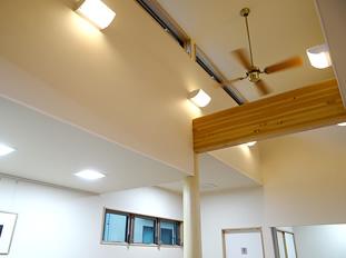 天井は高く光が入り、空調も気をつけています。