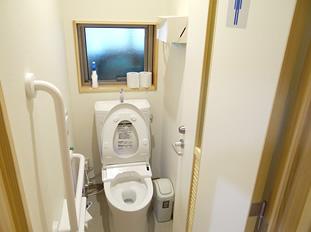 男子トイレ 手すりもあり安心です。
