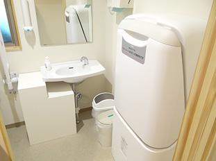 女子トイレ オムツ交換ベットも完備