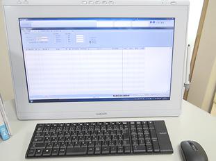 電子カルテ 検査結果や診察内容は全て電子カルテで管理します。スムースな診察が行えます。